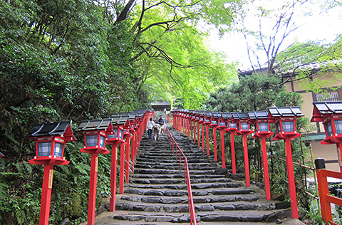遊客爬上京都紀文神社燈籠的台階