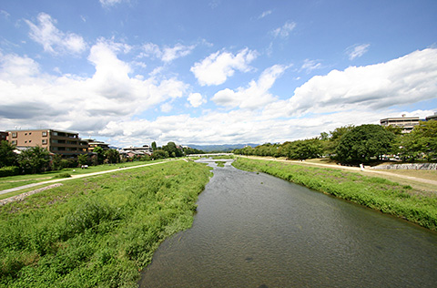 京都神宮丸太町站附近的鴨川河景觀